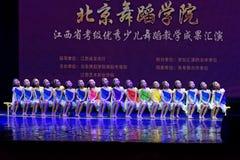 Dagdrömma den stjärnklara akademin för himmelPekingdansen som graderar för barn` s för provet den utstående utställningen Jiangxi Arkivfoto