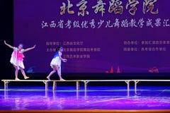 Dagdrömma den stjärnklara akademin för himmelPekingdansen som graderar för barn` s för provet den utstående utställningen Jiangxi Arkivbild