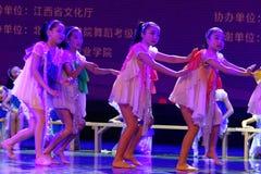 Dagdrömma den stjärnklara akademin för himmelPekingdansen som graderar för barn` s för provet den utstående utställningen Jiangxi Royaltyfri Bild