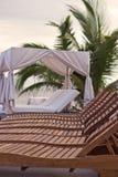 Dagdrivarestolar & Cabana på en tropisk semesterort royaltyfri bild