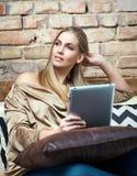 Dagdromenvrouw die tablet thuis gebruiken stock fotografie