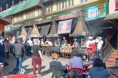 Dagelijks Vlooienmarkthoogtepunt van mensen in Izmailovo het Kremlin, mensen in lokale restaurants royalty-vrije stock afbeelding