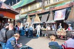 Dagelijks Vlooienmarkthoogtepunt van mensen in Izmailovo het Kremlin, mensen in lokale restaurants stock afbeeldingen