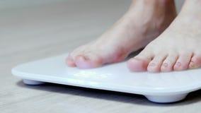 Dagelijkse gewichtsmeting, vrouwelijke benentribune op digitale slimme schalen stock videobeelden