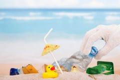 Dagelijkse huisvuilinzameling op het strand royalty-vrije stock fotografie