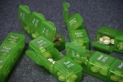 Dagelijkse pillendoos met medische pillen stock foto