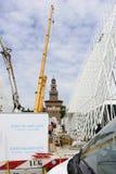 367 dagen aan EXPO 2015, kranen bij bouwterrein in largo Cairoli Royalty-vrije Stock Foto's