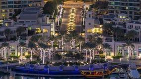 Dagen för aeral för den Dubai marinaspringbrunnen till natttimelapse, port med lyx seglar och marinapromenad lager videofilmer