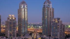 Dagen för aeral för Dubai marinaskyskrapor till natttimelapse, port med lyx seglar och marinapromenad lager videofilmer