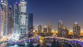 Dagen för aeral för Dubai marinaskyskrapor till natttimelapse, port med lyx seglar och marinapromenad stock video