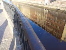Dagen för kanalen för reflexioner för Sun City strålvatten river en spegelreflexion ögonandate Arkivfoto