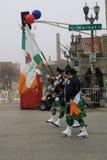 Dagen för St Patrick ` s ståtar 2017 flaggapresentatörer royaltyfri bild