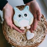 Dagen för valentin` s färgade kakor i kvinnliga händer Arkivfoto