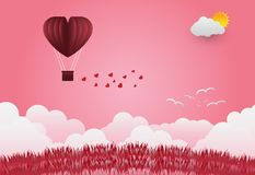Dagen för valentin` s sväller i hjärta format flyga över gräs tävlar Royaltyfri Foto