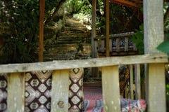 dagen parkerar ingen gammal trappa för folk utomhus trädgårds- solljussommarstenar som bygger det yttre arkitekturloppkafét Arkivbilder