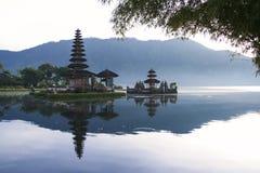 Dageraad Bali van de meer de brataan tempel Stock Foto