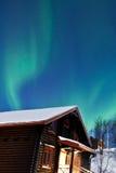 Dageraad Borealis (Noordelijke lichten) boven een cabine Royalty-vrije Stock Afbeelding