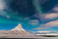 Dageraad boven Kirkjufell Grundarfjörður, IJsland stock afbeeldingen