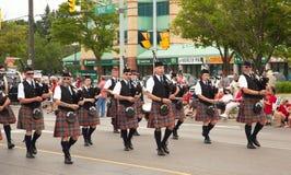 DAGERAAD, ONTARIO, CANADA 1 JULI: Ieren die in hun kilt hun doedelzak spelen tijdens de de Dagparade van Canada Stock Foto