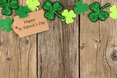 Dagetikett för St Patricks med shramrocköverkantgränsen över trä Arkivfoto
