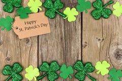 Dagetikett för St Patricks med shramrockdubblettgränsen över trä Royaltyfri Fotografi