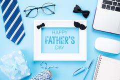 dagfader lyckligt s Bästa sikt av det blåa bandet, härlig gåvaask, bärbar datordator, vit bildram med lyckliga faders dag arkivbilder