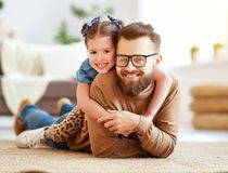 dagfader s Den lyckliga familjdottern kramar hans farsa arkivbild