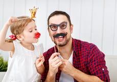 dagfader s Lycklig familjdotter i krona som kramar farsan och lau arkivbild