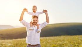 dagfader s Lyckligt spela för familjfader- och litet barnson och l Arkivfoton