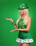 dagflickapatrick s st Gladlynt härlig blond ung kvinna royaltyfri foto