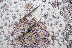 Dagger Damascus Steel auf dem Teppich Lizenzfreies Stockfoto