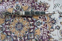 Dagger Damascus Steel auf dem Teppich Lizenzfreies Stockbild