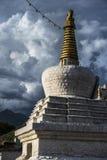 Daggo Kani, тибетское Stupa в солнечности, старых воротах города Лхасы, Тибета стоковые фотографии rf