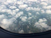 Daghemelbeelden Met de wolken, en enkele vliegtuigen De atmosfeer in de de winterhemel in Thailand De bodem van im royalty-vrije stock foto's