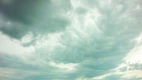 daghimmel för timelapse 4k med fluffiga moln som kretsar videoen lager videofilmer