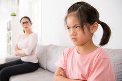 Dagisbarn grälas på av skolaläraren Royaltyfri Fotografi