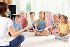 Dagislärare och små barn L?ra och spela fotografering för bildbyråer