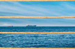 Daglandskap med skepp och rep Royaltyfri Bild