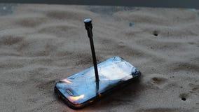 Daglicht De telefoon is beschadigd wegens brand in is er geen schade heb het stemmen stock videobeelden