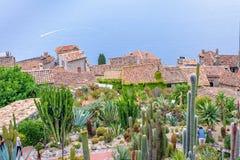 Daglicht mistige mening aan Eze-dorp met botanisch tuinhoogtepunt van royalty-vrije stock afbeelding