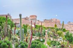 Daglicht mistige mening aan Eze-dorp met botanisch tuinhoogtepunt van stock afbeelding