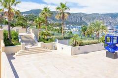 Daglicht zonnige mening aan treden en blauw monument dichtbij haven van Bea royalty-vrije stock foto