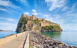 Daglichtmening van Aragonese-Kasteel dichtbij Ischia eiland, Italië stock foto's