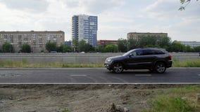 Daglichtmening van stedelijk district met plotseling het tegenhouden van auto op betonweg stock videobeelden