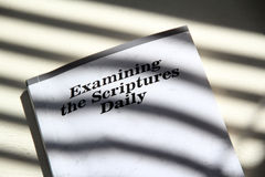 Daglig bibelnegro spiritualmat Arkivbilder