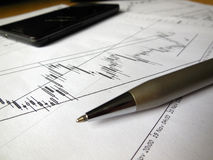 Daglig diagram, penna och mobiltelefon Arkivbilder