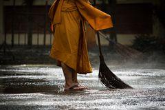 Daglig lokalvård för thailändsk munk i buddisttempel Arkivfoto