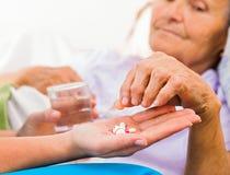 Daglig medicin från sjuksköterska Arkivbilder