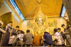 Daglig morgonritual på den Mahamuni pagoden i Mandalay Arkivfoto
