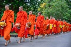 Daglig ritual för buddistiska munkar av att samla allmosa och offerings Royaltyfri Foto